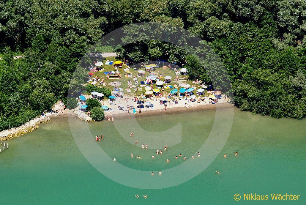 Foto: Der einzige offizielle allgemein zugängliche FKK-Strand der Schweiz  bei Zug. (Luftaufnahme von Niklaus Wächter)
