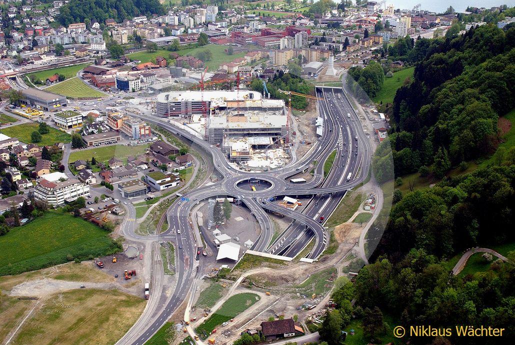 Foto: Autobahn-Anschluss bei Horw LU mit Kreisel und Einkaufszentrum im  Jahr 2004. (Luftaufnahme von Niklaus Wächter)
