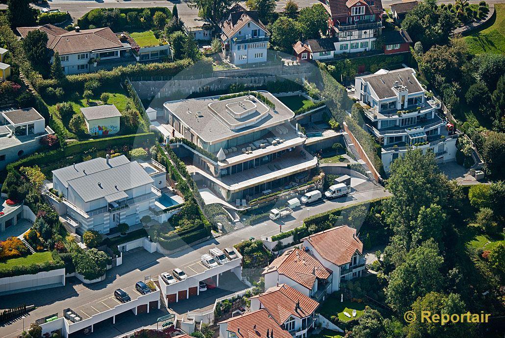 Foto: Der Schweizer Tennisstar Roger Federer hat seinen offiziellen Wohnsitz im Jahre 2014 in dieses geräumige Terrassenhaus im schwyzerischen Steuerparadies Wollerau verlegt. (Luftaufnahme von Niklaus Wächter)