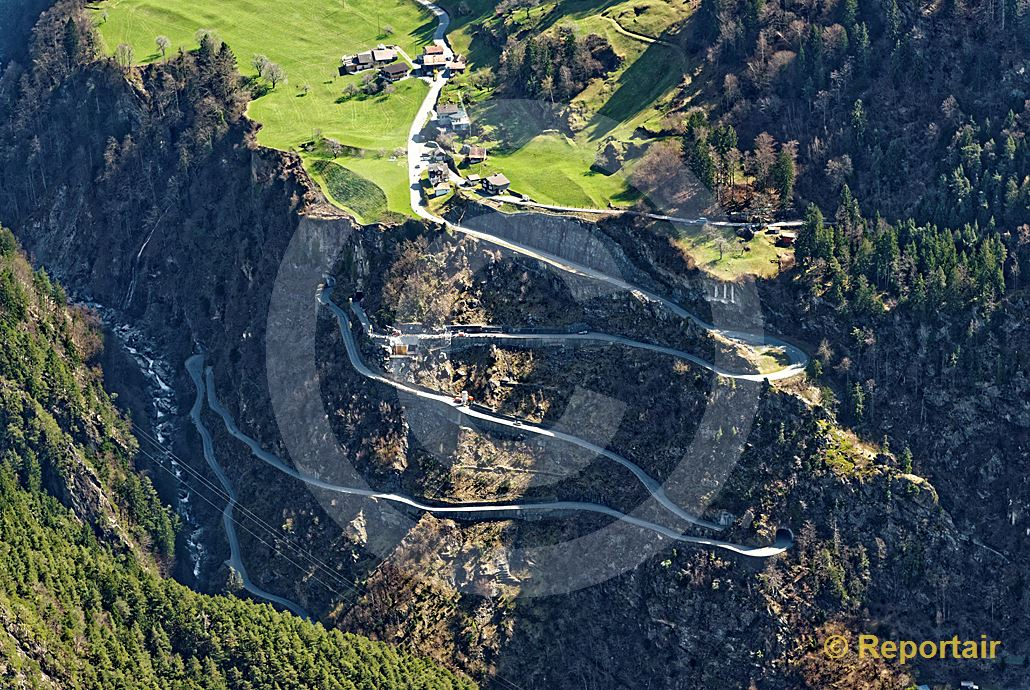Foto: Strassenbau im Gebirge. Immer wieder wird die Strasse zwischen Amsteg und Bristen UR verschüttet. (Luftaufnahme von Niklaus Wächter)