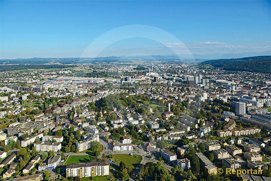 Foto: Zürich - Seebach mit Blick Richtung Osten. (Luftaufnahme von Niklaus Wächter)