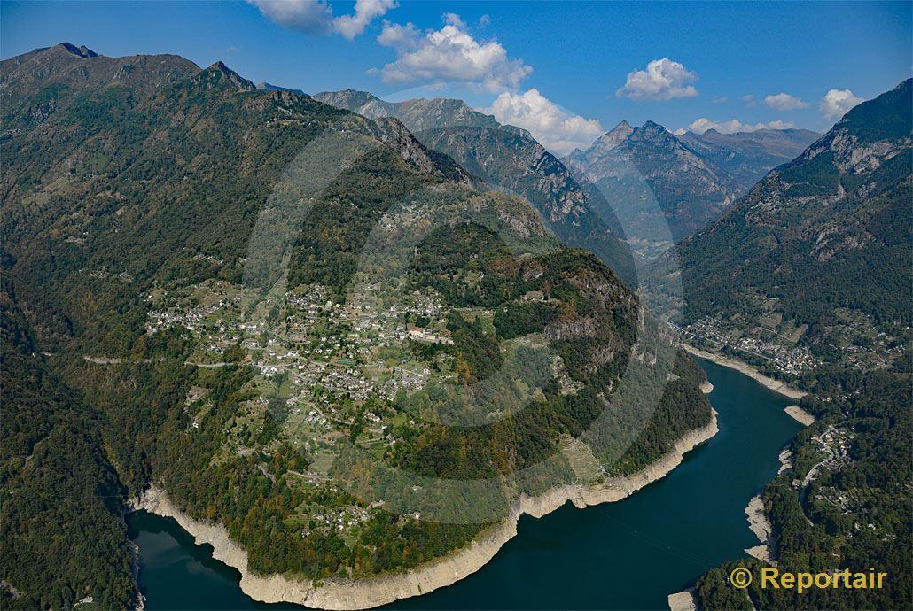 Foto: An einem steilen Berghang über dem Lago die Vogorno liegt Mergoscia TI. (Luftaufnahme von Niklaus Wächter)