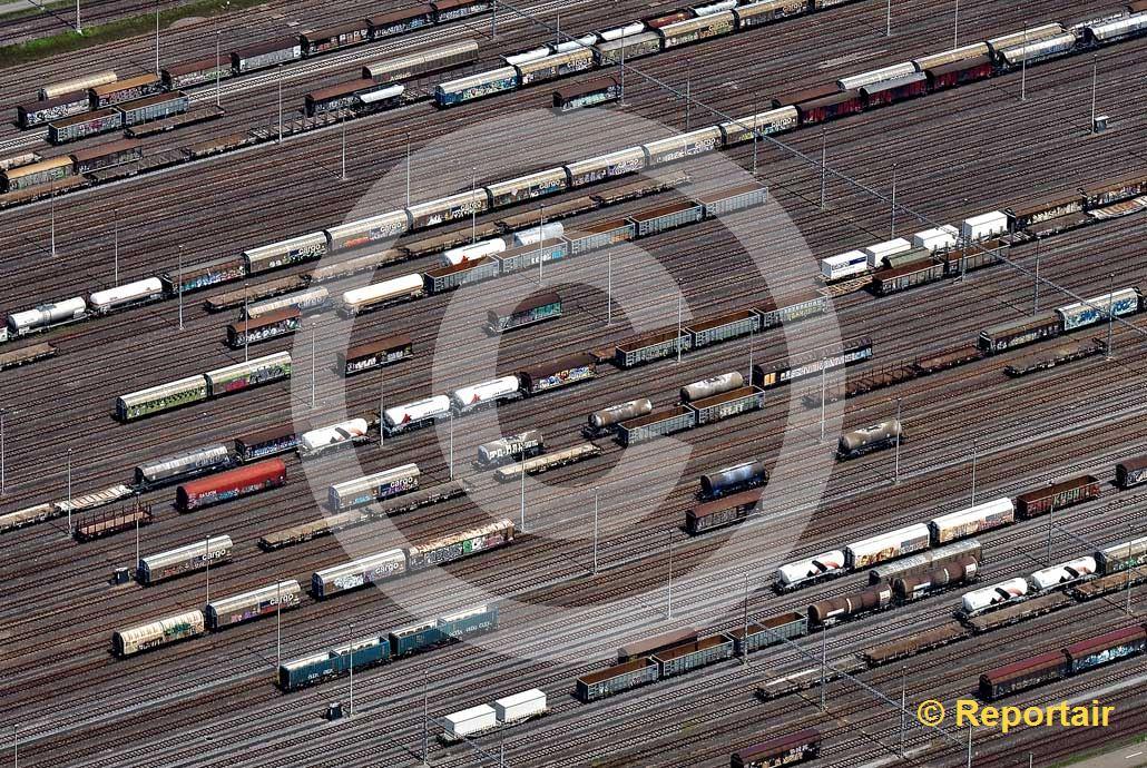 Foto: Der Rangierbahnhof Limmattal bei Spreitenbach ZH zählt zu den grössten Europas. (Luftaufnahme von Niklaus Wächter)