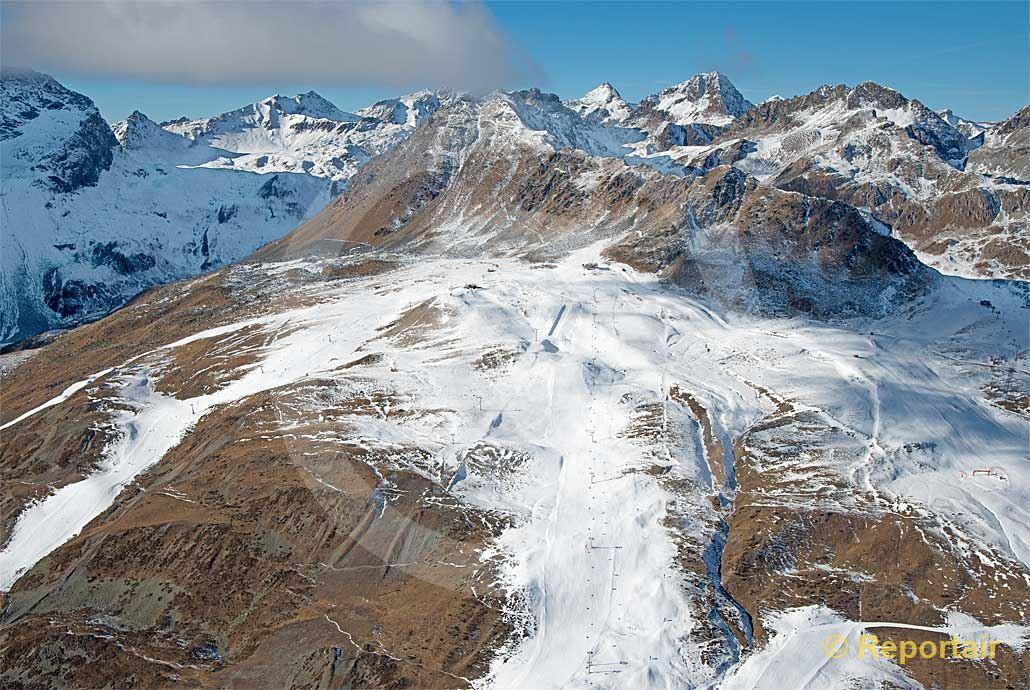 Foto: Eklatanter Schneemangel im Skigebiet Corviglia ob St.Moritz GR. (Luftaufnahme von Niklaus Wächter)