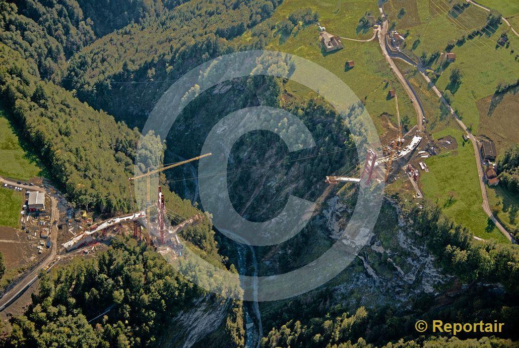 Foto: Die Taminabrücke oberhalb Pfäfers (SG) ist im Bau und soll bis 2017 eine der längsten Bogenbrücken Europas werden. (Luftaufnahme von Niklaus Wächter)
