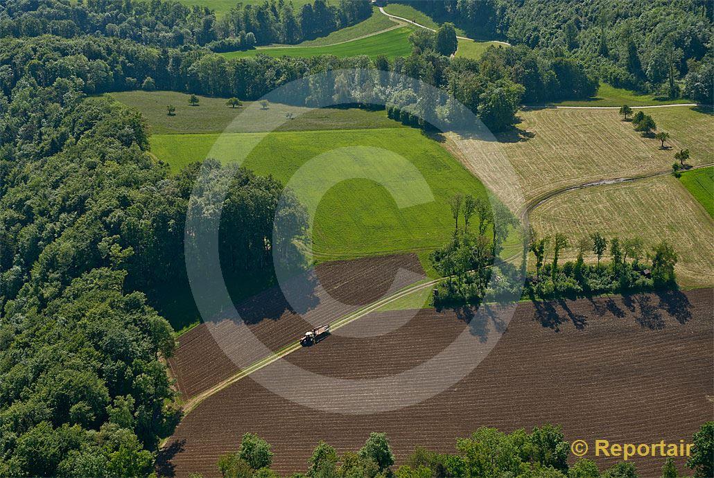 Foto: Feld-, Wiesen-und Waldlandschaft bei Duggingen (BL). .. (Luftaufnahme von Niklaus Wächter)