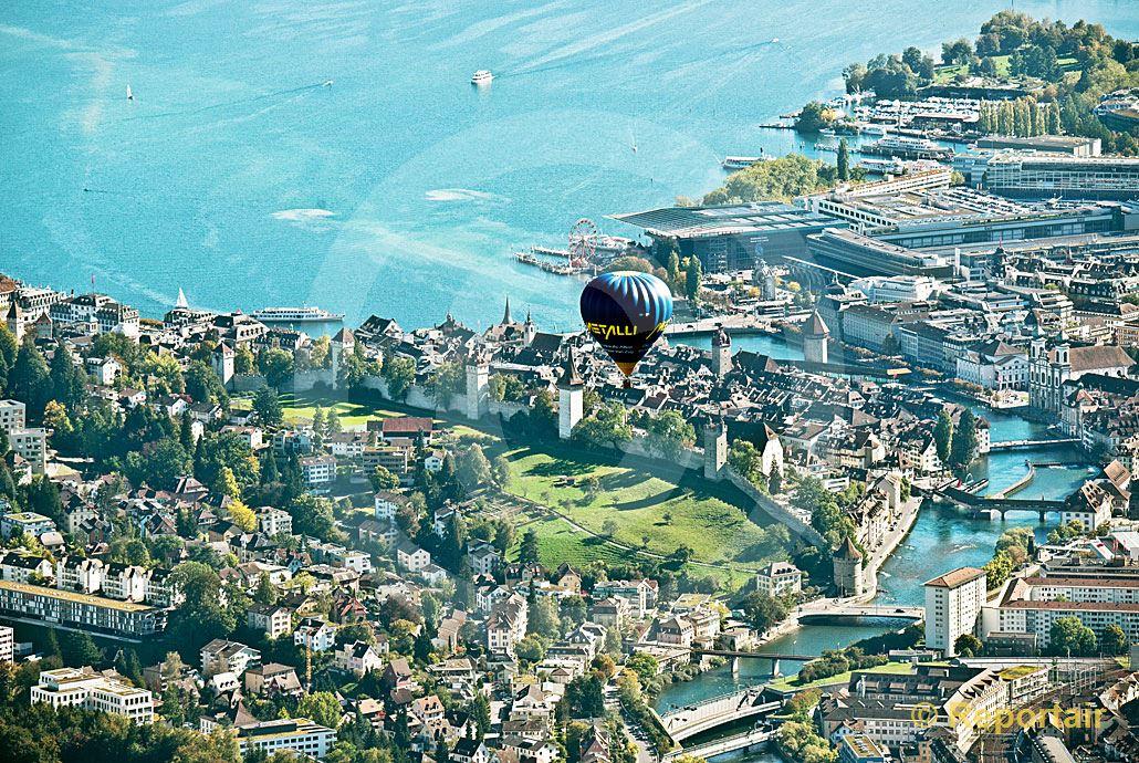 Foto: Ein Heissluftballon schwebt über der Stadt Luzern.. (Luftaufnahme von Niklaus Wächter)