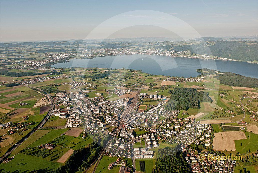 Foto: Das zugerische Rotkreuz ist ein begehrter Ansiedlungsplatz für zahlreichen Unternehmen der Chemie und Industrie. (Luftaufnahme von Niklaus Wächter)