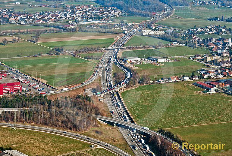 Foto: Die Autobahn-Verzweigung A1 und A2 bei Härkingen. (Luftaufnahme von Niklaus Wächter)
