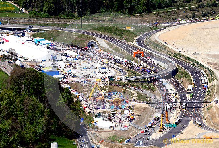 Foto: Das Autobahn-Züri-West-Fäscht im April 2009. (Luftaufnahme von Niklaus Wächter)