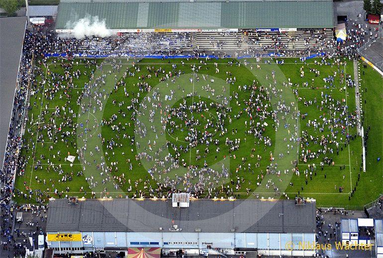 Foto: Nach dem Schlusspfiff des letzten Spieles vor dem Stadion-Neubau in Luzern. (Luftaufnahme von Niklaus Wächter)