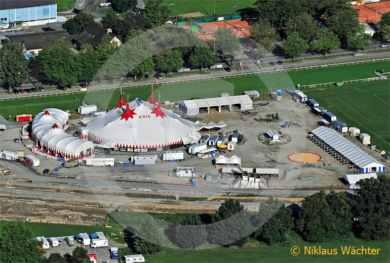 Foto: Der Zirkus Knie gastiert in Luzern auf einer Baustelle. (Luftaufnahme von Niklaus Wächter)