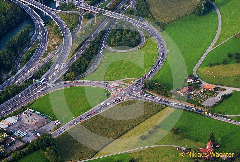 Foto: Verkehrschaos bei der Autobahn-Ausfahrt Luzern-Nord. (Luftaufnahme von Niklaus Wächter)