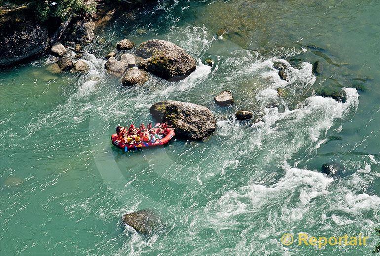 Foto: Schlauchbootfahrer auf der Reuss pausieren im Strömungsschatten eines Felsens bei Niederwil (AG) .. (Luftaufnahme von Niklaus Wächter)