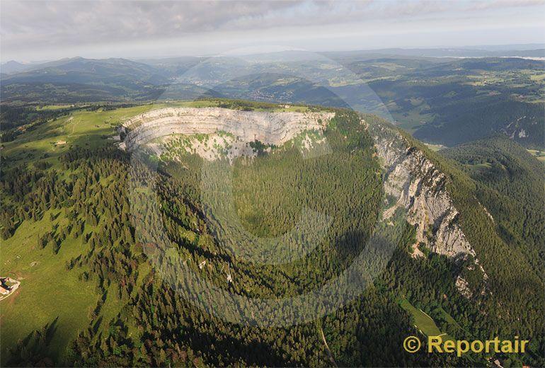 Foto: Der eindrückliche Felsenkessel des Creux du Van im Neuenburger Jura ist das älteste Naturschutzgebiet der Schweiz und ein beliebtes Wander- und Ausflu. (Luftaufnahme von Niklaus Wächter)