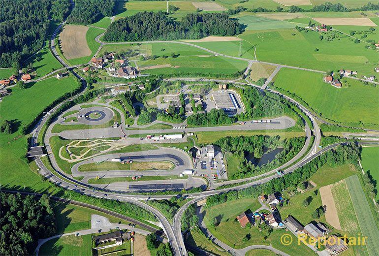 Foto: Das TCS - Verkehrssicherheitszentrum Betzholz bei Hinwil (ZH) ist das grösste Verkehrssicherheitszentrum der Schweiz und eines der modernsten Europas. (Luftaufnahme von Niklaus Wächter)