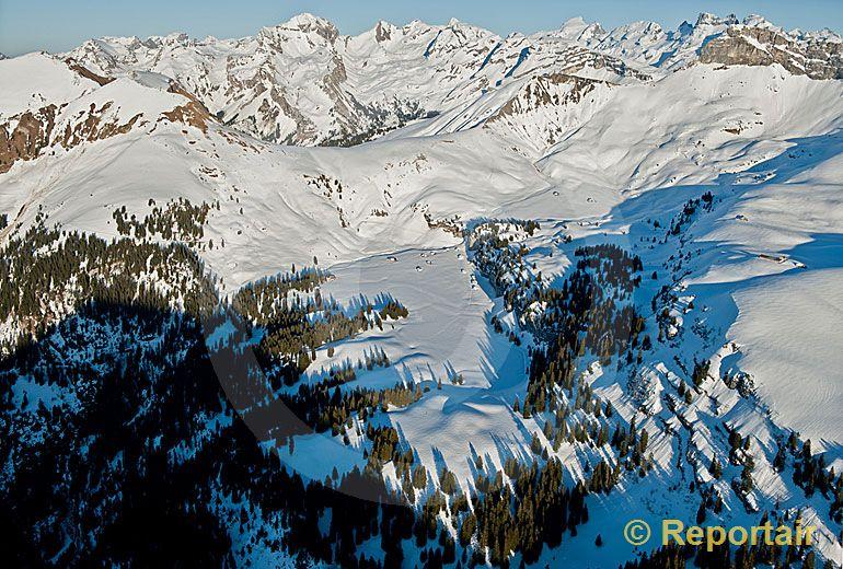 Foto: Die Aelggi-Alp im Kanton Obwalden ist der geografische Mittelpunkt der Schweiz. (Luftaufnahme von Niklaus Wächter)