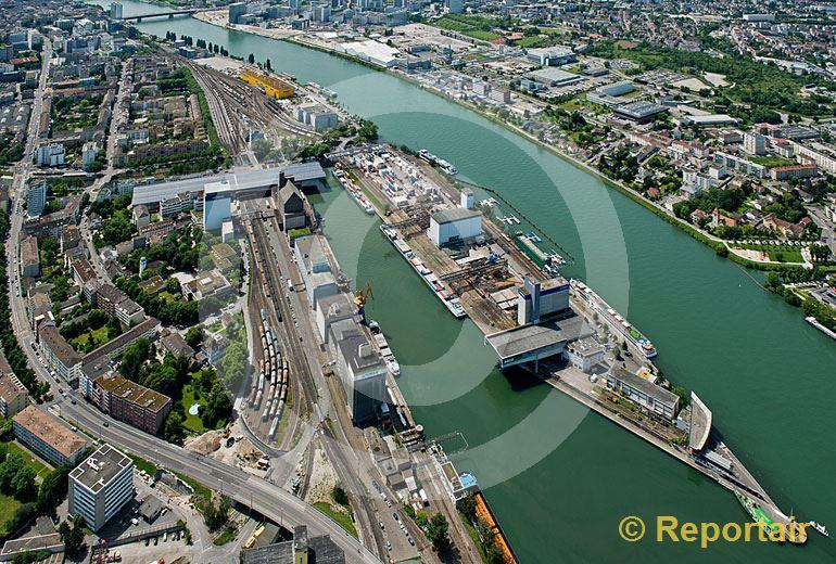 Foto: Basel Rheinhafen mit dem Dreiländereck. (Luftaufnahme von Niklaus Wächter)