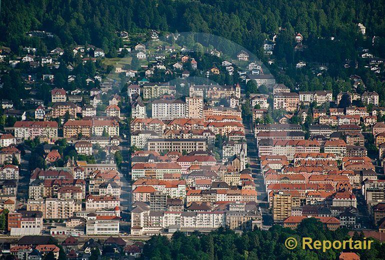 Foto: La Chaux-de-Fonds ist die grösste Stadt des Hochjuras und drittgrösste Stadt der Romandie und fällt durch eine sehr disziplinierte Stadtarchitektur. (Luftaufnahme von Niklaus Wächter)