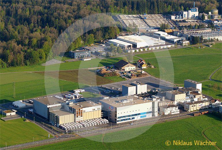 Foto: Die Emmi Produktionszentrale in Emmen(LU). (Luftaufnahme von Niklaus Wächter)