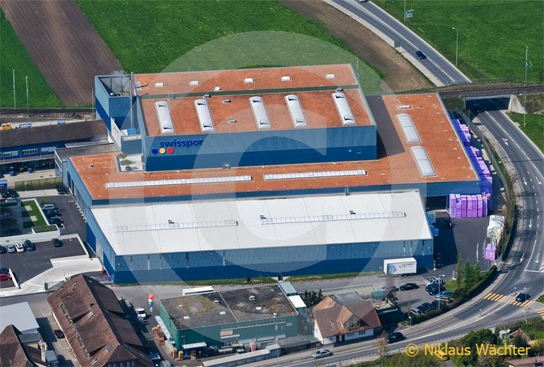 Foto: Swisspor AG in Steinhausen (ZG). (Luftaufnahme von Niklaus Wächter)