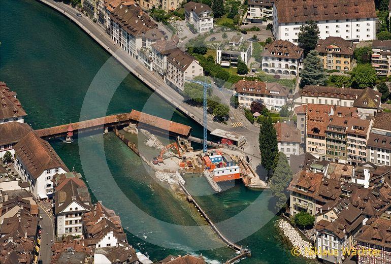Foto: Das Reusswehr in Luzern wird saniert. (Luftaufnahme von Niklaus Wächter)