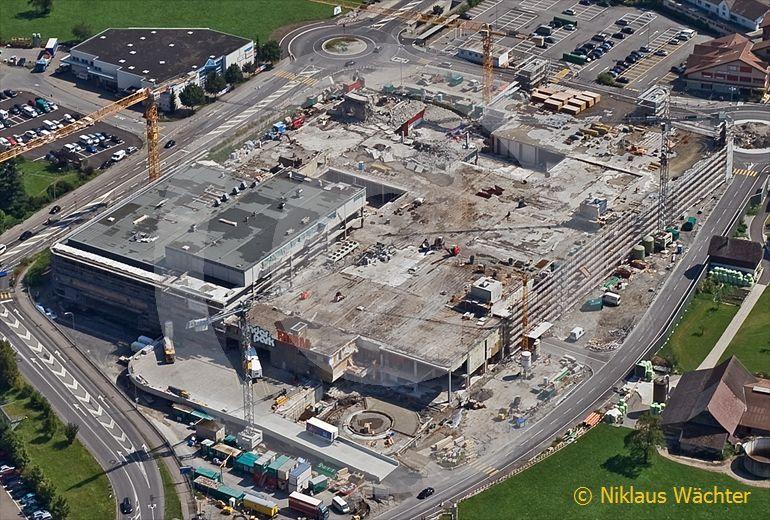 Foto: Umbau des Migros-Einkaufszentrums in Stans während der Verkauf weitergeht. (Luftaufnahme von Niklaus Wächter)