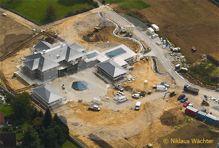 Foto: Bau einer Prunkvilla in Risch ZG am Zugersee im Jahr 2008. (Luftaufnahme von Niklaus Wächter)