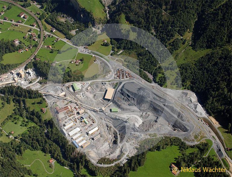 Foto: Baustelle Lötschberg-Basistunnel bei Frutigen im Kandertal BE  im Jahr 2004. (Luftaufnahme von Niklaus Wächter)