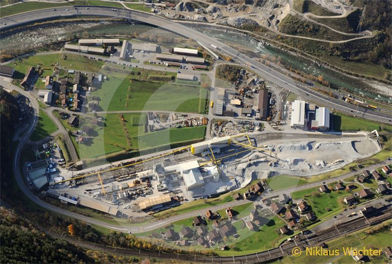 Foto: Baustelle des Gotthard-Basistunnels bei Amsteg UR im Jahr 2008. (Luftaufnahme von Niklaus Wächter)