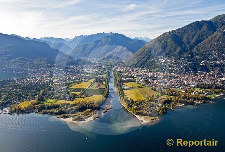 Foto: Die Mündung der Maggia in den Lago Maggiore TI. (Luftaufnahme von Niklaus Wächter)