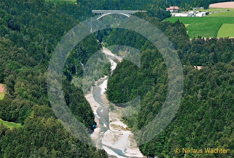 Foto: Die als Röschtigraben bezeichnete Sense-Schlucht mit der Schwarzwasserbrücke. (Luftaufnahme von Niklaus Wächter)