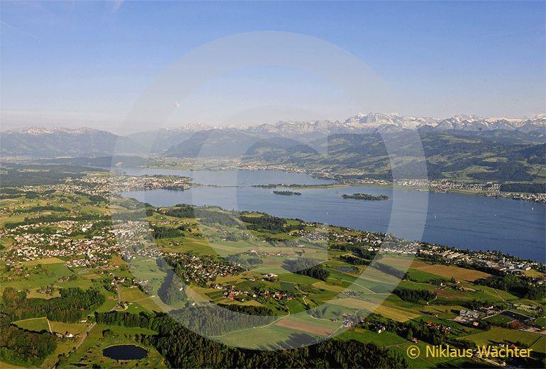 Foto: Blick vom Zürcher Oberland über der Zürichsee zur Alpenkette. (Luftaufnahme von Niklaus Wächter)