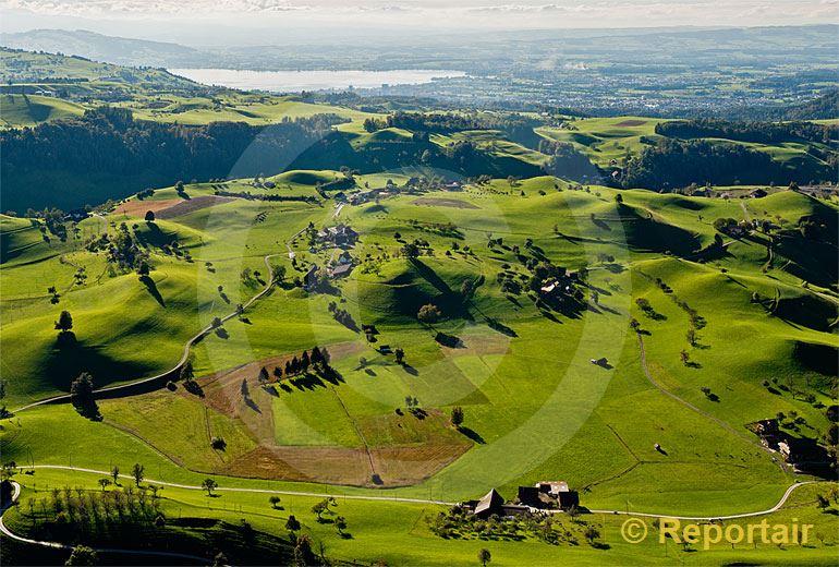 Foto: Eine sogenannte Moränenlandschaft bei Menzingen (ZG). Im Hintergrund der Zugersee.. (Luftaufnahme von Niklaus Wächter)