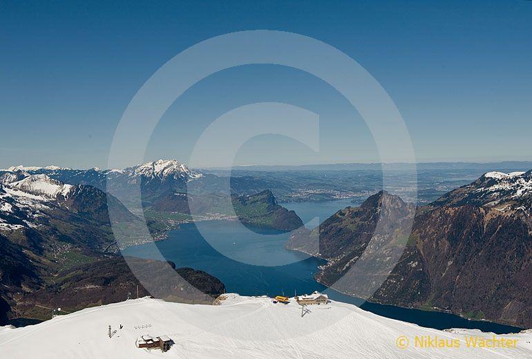 Foto: Fronalpstock mit Vierwaldstättersee und Pilatus im Hintergrund. (Luftaufnahme von Niklaus Wächter)