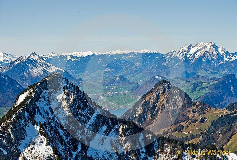 Foto: Links die Rigi-Hochflue hinten rechts der Vitznauerstock dahinter Stans. (Luftaufnahme von Niklaus Wächter)