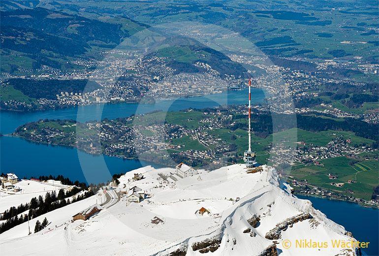 Foto: Rigi-Kulm mit Luzern im Hintergrund. (Luftaufnahme von Niklaus Wächter)