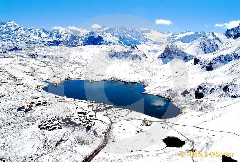Foto: Sommerschnee auf Melchsee-Frutt. (Luftaufnahme von Niklaus Wächter)