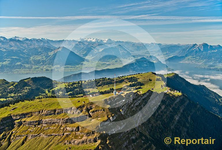 Foto: Rigi-Kulm mit den Zentralschweizer Bergen im Hintergrund. (Luftaufnahme von Niklaus Wächter)
