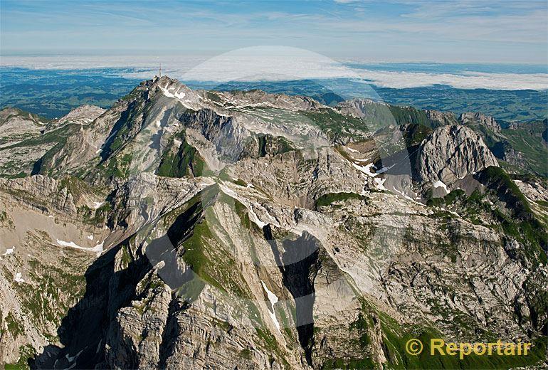 Foto: Das Alpstein-Gebirge von Osten her gesehen. Im Hintergrund das Nebelmeer über dem Bodensee. (Luftaufnahme von Niklaus Wächter)