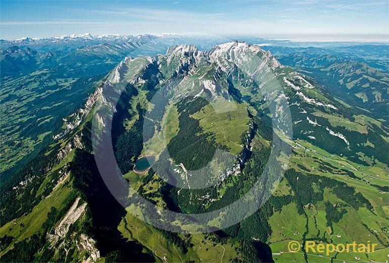 Foto: Der Alpstein von Norden gesehen mit dem Säntis oben auf der rechten Flanke. (Luftaufnahme von Niklaus Wächter)