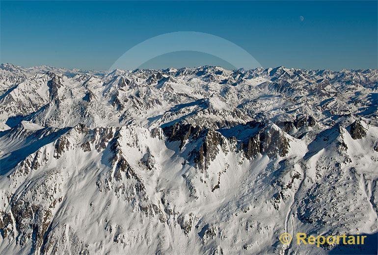 Foto: Schweizer Berggipfelmeer. Im Vordergrund das Gotthardmassiv. Blick gegen Osten.. (Luftaufnahme von Niklaus Wächter)