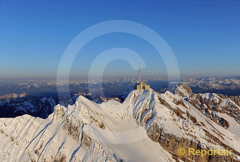 Foto: Der Säntis mit der Alpenkette im Hintergrund. (Luftaufnahme von Niklaus Wächter)