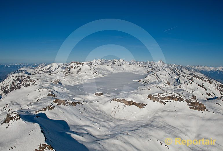 Foto: Der Plaine-Morte-Gletscher an der Grenze zwischen den Berner und den Walliser Alpen. (Luftaufnahme von Niklaus Wächter)