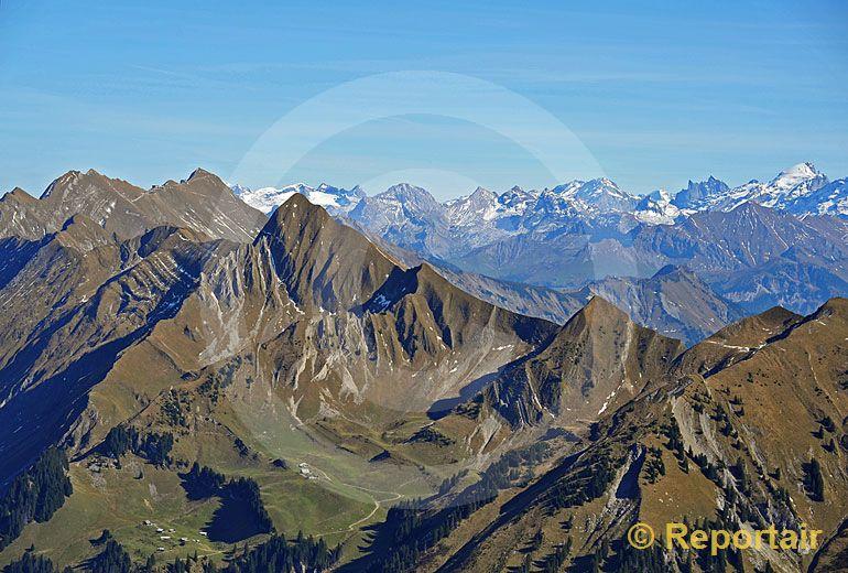 Foto: Die Rothornkette oberhalb des Brienzersees. (Luftaufnahme von Niklaus Wächter)