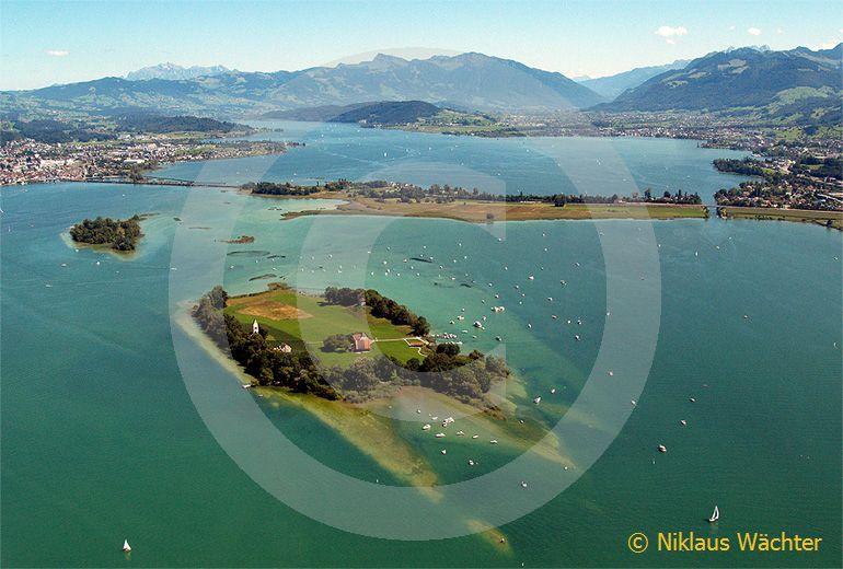 Foto: Der Zuerichsee mit der Insel Ufenau im Vordergrund und Luetzelau dahinter. (Luftaufnahme von Niklaus Wächter)