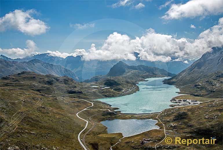 Foto: Der Berninapass mit seinem Lej Nair im Vordergrund und dem Lago Bianco (GR).. (Luftaufnahme von Niklaus Wächter)