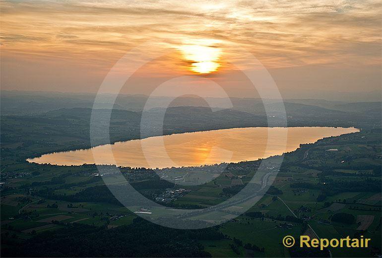 Foto: Golden leuchtet der Sempachersee in der Abendsonne.. (Luftaufnahme von Niklaus Wächter)