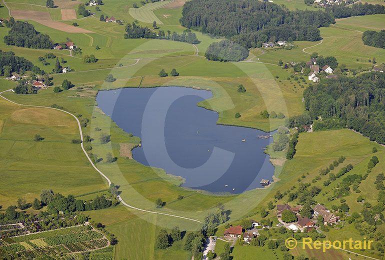 Foto: Der Lützelsee bei Hombrechtikon gilt als einer der schönsten Seen des Zürcher Oberlandes. (Luftaufnahme von Niklaus Wächter)