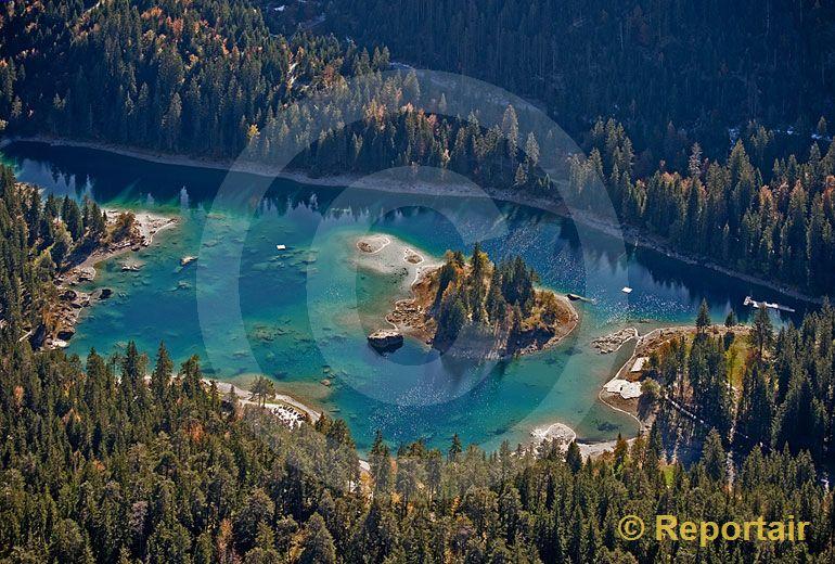 Foto: Der Caumasee bei Flims. (Luftaufnahme von Niklaus Wächter)